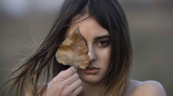 Девојка у шуми